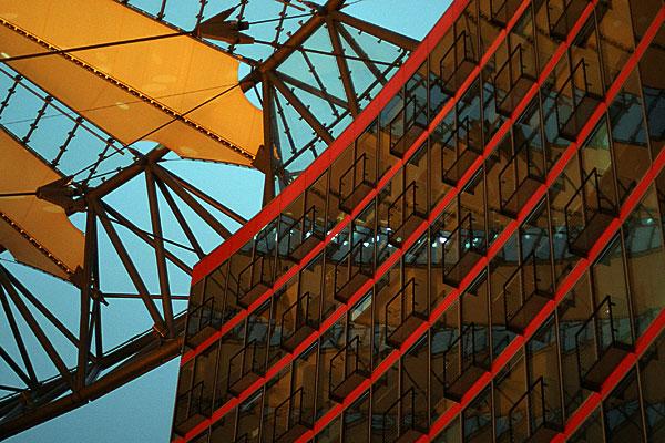 Sony Center, Berlin | Canon 10D, EF 50 1.4, f 1.4, 1/45s, ISO 800