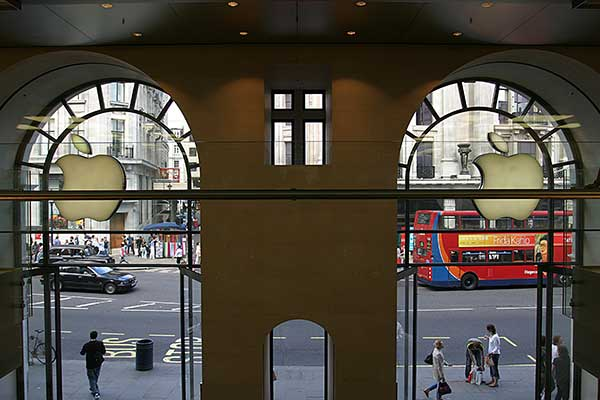 Apple Store, London | Canon 10D, EF 17-40 4.0, 17mm, f 4.0, 1/180s, ISO 200
