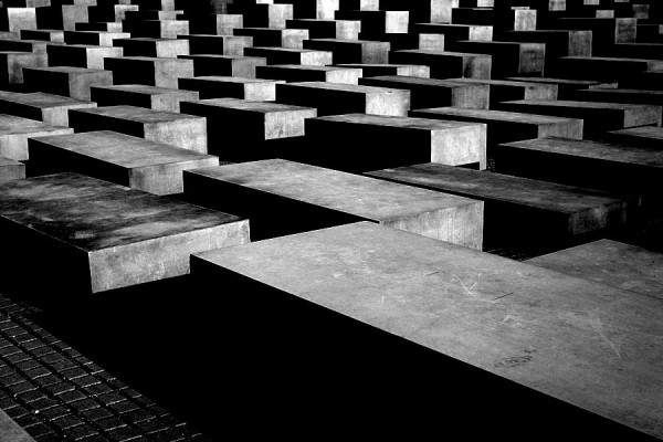 Holocaust Denkmal Berlin | Canon 10D, EF 17-40 4.0, f 4.0, 1/250s, ISO 100 | click to enlarge